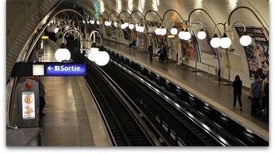 Бебе родено во париското метро доби 25 години бесплатно возење