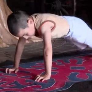 Шестгодишно момче направи 4.445 склекови и освои стан за семејството
