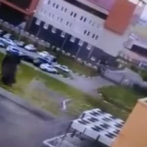 Лада проби ограда и два пати се преврте, возачот излезе неповреден
