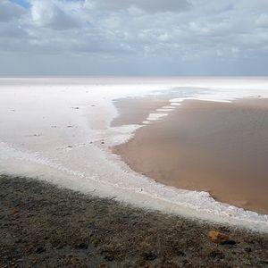 Солена пустина која се појавува секоја година и потоа исчезнува