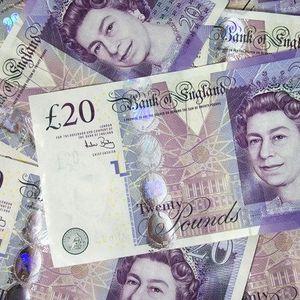 Британец остава коверти полни со пари по улица: Сите сакаат да го најдат овој па дури и полицијата