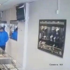Крадци на кои им се смее целиот свет: Влегоа во златарницата, но излегувањето беше проблем (ВИДЕО)