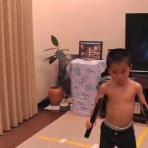 Сите го знаеме Брус Ли: Кога ќе го погледнете ова момче, мајсторот за боречки вештини ќе го заборавите веднаш (ВИДЕО)