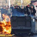 Уапсени 146 лица, опожарени автомобили- средношколци се судрија со полиција