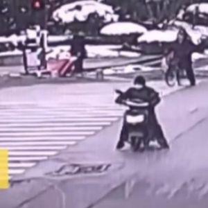 Татко од пеколот: Ја остави тригодишната ќерка среде прометна улица и избега, само Божјо чудо е што е жива
