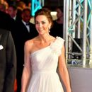 Беспрекорна убавина: Кејт Мидлтон блесна во бело, сите очи вперени кон војвотката