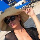 Македонската фолкерка го распосла бујното деколте на плажа- од блискиот кадар нема да ви биде добро (ФОТО)