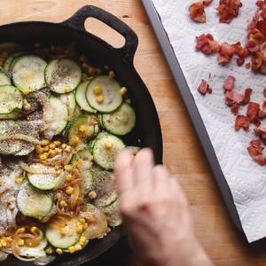 Појадок за шампиони: Фритата со тиквички, пченка и сланина