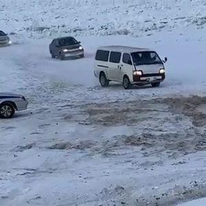"""На северот од Русија: Возачи преку """"мост"""" од мраз ја минуваат реката Лена"""