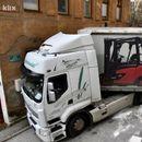 Како ќе се извлече овој камионџија? Навигацијата го однела во тесна уличка, па сега се обидува да излезе од замката