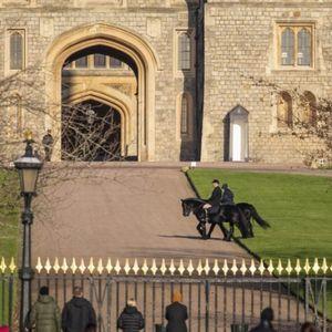 Годините не и се пречка, кралицата Елизабета јава коњ пред љубопитните граѓани