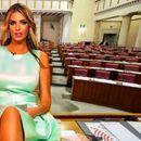 Ава Карабатиќ топлес најави кандидатура – Сега собираше потписи во секси шоп