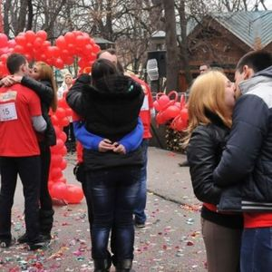 Парови од Србија се натпреваруваа со бакнежи: Победниците се бакнуваа 112 минути