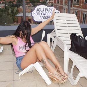 Сакаше да направи жешка фото-сесија, но со овие пози ја скрши столицата  (ФОТО)