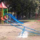 Родители внимавајте, не е безбедно: Малолетничка повредена во Градски парк, врз неа паднала лулашка!