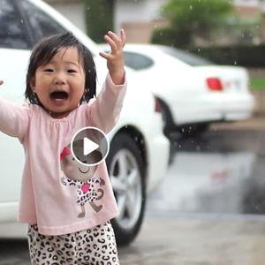 Радост каква што немате погледнато: Магичен момент за едно девојче кое за прв пат во својот живот гледа дожд