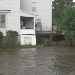 Куќите и автомобилите потопени со вода – луѓето се спасуваат со чамци и хеликоптери (ВИДЕО)
