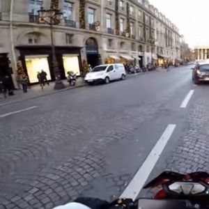 Возач удира пешак и започнува да бега, моторџија се пушти во потера да го фати