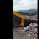 (ВИДЕО) Земјоделец од Кавадарци го истури грозјето на локалната депонија зашто нема откуп