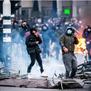 Холандија во пламен: Демолирани полициски возила и маркети, воведен полициски час за првпат по Втората светска војна