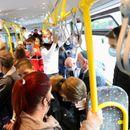 (ФОТО) Короната изгледа не напаѓа во ЈСП, хаос во автобусите, луѓето си дишат во врат