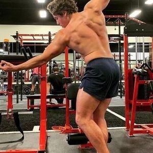 Синот на Шварценегер ги обликува мускулите по стапките на тато