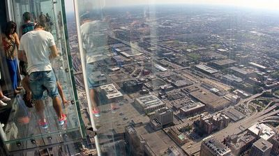 Стаклениот балкон на највисоката зграда во Чикаго напукна под нозете на посетителите