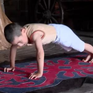Шестгодишно момче од Русија направи 4.445 склекови и освои стан за семејството