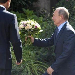 Елегантна тоалета за средба со Путин на плажа: Брежит Макрон со ова издание ги изненади и модните критичари!