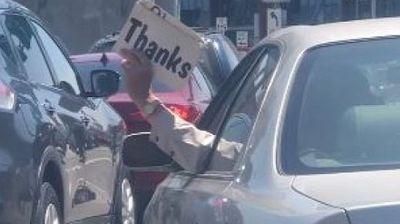 Возач на Лексус се снајде како да излезе од сообраќајниот хаос