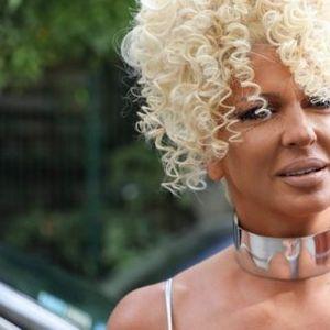 Бомбастичната Карлеуша во сребрено од глава до пети: Ретко која жена би имала храброст да го облече ова