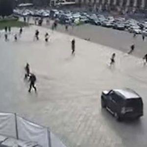 СО ЏИП ВЛЕТА НА ПЛОШТАДОТ ВО КИЕВ: Возач уби двајца пешаци, а потоа удри во други возила (ВОЗНЕМИРУВАЧКО ВИДЕО)