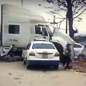 Жена од Виетнам во последен миг успеа да го спаси детето и себеси од камион во налет