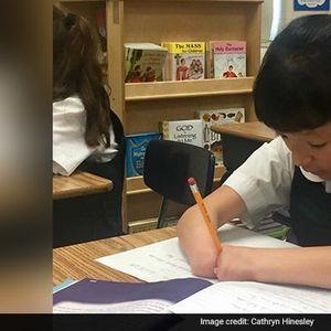 (Видео) Десетгодишно девојче родено без дланки доби награда за најубав ракопис
