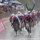 """Џиро: Акерман ја доби """"пеколната"""" петта дождлива етапа (видео)"""