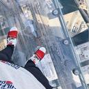 Најпознатиот стеклен видиковец во светот почнал да пука под нозете на посетителите