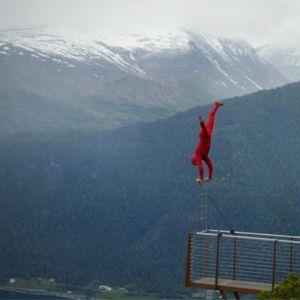 Авантурист го прослави40.роденден со стој на раце на карпа висока 396 метри
