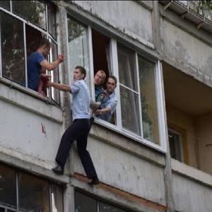Пијан Русин се заканувал дека ќе фрли бебе од трети кат, полицаец успеал да го спаси