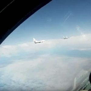 """(Видео) Снимено летање на руски """"лебеди"""" во придружба на авиони на НАТО"""