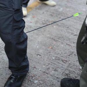 Бојно поле на улиците на Хонгконг, полицаец погоден со стрела