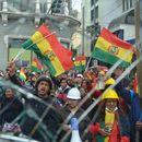 Демонстранти во Боливија запалија куќи на политичари