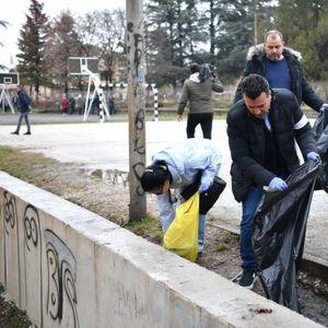 Заев и членовите на неговиот кабинет чистеа во општина Бутел