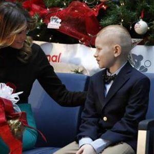 Меланија им читаше божикна приказна на деца во болница