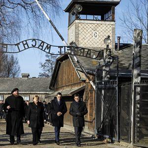 Меркел и Моравјецки положија цвеќе на Ѕидот на смртта во Аушвиц