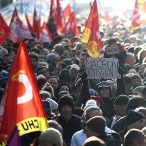 Над половина милион луѓе протестираа низ Франција, сообраќајот во колапс