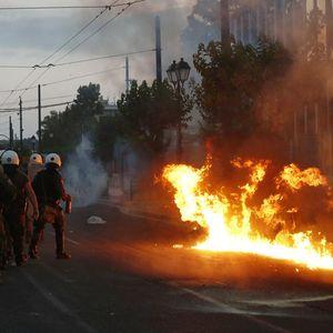 Нереди на протест во Атина за смртта на Џорџ Флојд – употребен солзавец и молотови коктели