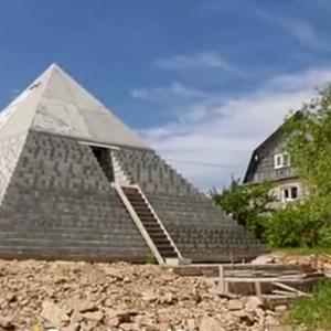 Брачен пар од Русија во својот дом изградил пирамида
