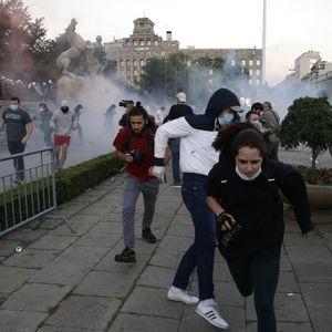 Полицијата нападнала две новинарки на протестот во Белград