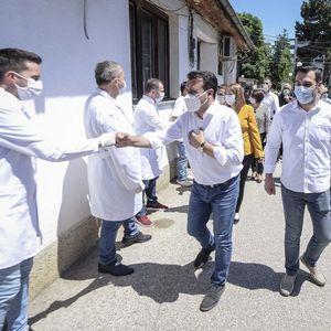 Заев: Подобрените услови во здравството ги мотивираат лекарите во борбата против вирусот
