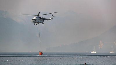 Се шири пожарот во Бодрум, туристите се евакуираат со чамци за спасување